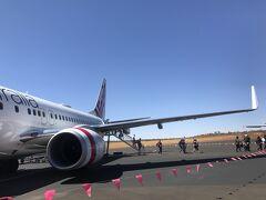 赤土の大地を見ていると到着しました。シドニーとは1.5時間、東京とは0.5時間時差があります。(東京からは30分遅れている)  到着直前、機内からエアーズロックが見えたのがうれしかったです。  砂漠の中の空港は、搭乗後ターミナルまで歩きます。 今回は飛ぶたびに時差があり時間がわからなくなります。