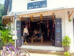 朝市の路地を抜けた後は、寄り道しながら市内をぐるりと散策。 そして、ガイドブックにも載っていた、フェアトレードの布製品を扱うお店『OCK POP TOK』を発見。  自転車を置いてお店の中へ。