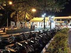 バングラ通りを抜けてパトンビーチに到着。  駐輪場はバイクバイクバイク満車