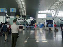 2019年9月6日AM10:00、成田空港第一ターミナルからベトナム航空 VN311便に乗って、PM13:00過ぎにハノイのノイバイ空港へ到着。  ラオスの古都、ルアンパバーンへの乗り継ぎ時間は約6時間ほど。 当初ノイバイ空港のランジでゆっくり過ごす予定が、少し早めに飛行機が到着したこともあり「これは街に繰り出すしかないでしょ!?」と、遅めのランチを食べるべく私達はタクシー乗り場に向かいました。  しかし、ここで事件が起きます。 私今回はハノイ訪問3回目、また英語の出来る相棒(夫)もいたために、完全に気が緩んでいました。。  大きな荷物を預け、タクシー乗り場に到着すると「こっちこっち」と手招きする身なりのきちんとしたベトナム人が。 呼び寄せられる方に向かうと、あれよあれよという間に夫は助手席(!)、私は後部座席に座らされ、なぜか同じ後部座席にベトナム人が乗り込んできて(!!)車は急発進。  そして、やたら話しかけてくる。 「あ、これはやばいやつだ...」 と思ったものの、夫は前の席に乗っていて、矢継ぎ早に話しかけてくるためうまく会話ができません。  そして、空港を出て高速道路に入った瞬間、ベトナム人2人が「マネー!マネー!」と言いながら、車を路肩に止め、私たちのバックを物色し始めるではありませんか!!!!  「おい!触んな!」と助手席で叫ぶ夫。 「車を出よう!!」と大声で言って、ドアを開けて車を飛び出しました。  しょっぱなから東南アジアの洗礼を受けた私たち。。 しかも、教科書的なタクシー詐欺に遭っちまいましたよ。。。  みなさん、くれぐれも気をつけてね。涙  (後からわかった事ですが、夫はバックに入れていた1万円札をすられていたそうです。)   さて、そうしょんぼりもしていられません。 なにせここは高速道路のど真ん中。   タクシーいねぇっ!!!!! 人も歩いてねぇっ!!!!!  という訳で、意を決して空港のある反対車線へ渡り、空港へと戻ります。 途中大型車にクラクションを鳴らされ、怒鳴られながらも、強い気持ちで!!  そして、少し歩くと路肩に車を止めて昼寝をしていたタクシーの運転手さんを発見。 すかさず窓を叩いてお願いすると「OK」と。 気を取り直して再びハノイへGOGOです!!