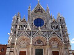シエナ大聖堂 正面のガラスに青空が反射していました。