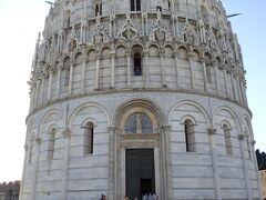 ピサに移動 洗礼堂です。