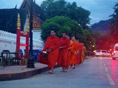 サッカリン通り手前のシーサワンウォン(Sisavangvong)通り辺りでも托鉢する僧の姿が。  時刻はAM5:30を過ぎて、空がうっすら明るくなってきました。