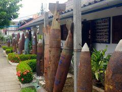 到着です。 物々しい砲弾の残骸が、オブジェのように並べられています。  エントランスフリーですが、記名と共に少額の寄付をして中に入ります。
