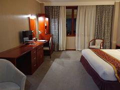 空港から車で20分ほどでパシフィックプラザサハリンホテルに到着。 時刻は22時です。日本より時差が2時間早いです。 宗谷海峡を僅かに隔てただけなのに‥  部屋はとても広く快適でした。このホテルは数年前に出来たばかりのホテルです。