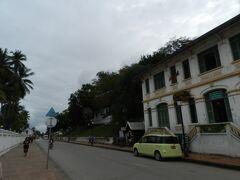 12月29日・旅行3日目  ホテルの無料送迎車に乗って、再び「シーサワンウォン通り(Sisavangvong Road)」にやってきました。