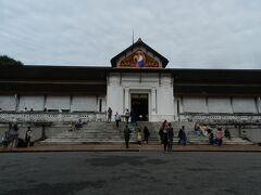 「王宮博物館」の正面。  この建物は、1909年にシーサワンウォン王とその家族の住まいとして建てられたものです。