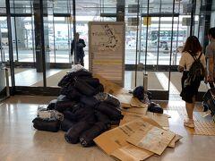 9/9関東を猛烈な台風が襲い成田空港は大混乱だとのニュースを、帰りのノイバイ空港で知ります。 写真は、9/10 朝8:00頃の成田空港の様子です。