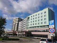 5日目の朝です。10時頃です。 4泊したパシフィックプラザサハリンです。  ホテル前にバス停があり大変便利です。 空港行きの63番バスが頻繁に通りかかります。