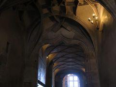 続いて旧王宮に来ました。  「騎士の階段」  ゴシック様式のリブのヴォールト天井が美しい緩やかな階段。 階上の大ホールで開かれる競技会に騎士たちが騎乗したまま 入場したからそう呼ばれているそうです。