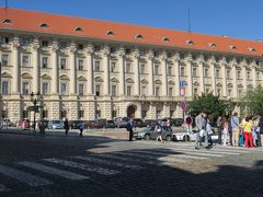 長~いファサードのチェルニン宮殿(Černínský palác)  赤い屋根と白い壁の素敵なバロック様式の宮殿が気になって 後で調べてみたら、何とチェコの外務省だとか@@