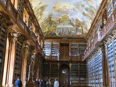「哲学の間」  天井まで届く本棚に本が整然と並んでいます。 美しい天井画は「人類の精神史」だとか。  チケット売り場で見学料120コルナ+写真許可証50コルナ 目立つところに大きなシールを貼って貰ったら撮影OK!  公式HP https://www.strahovskyklaster.cz/en/strahov-library
