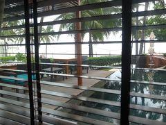 3日目、おはようございます。 本日はチェックアウトの日。 15時にタクシーがホテルまでお迎えにきてバンコクへ移動します。 今日も朝食はクラブラウンジへ。 窓際のいつもの席に座ります。  お天気は今日も朝から小雨ー(・ε・) 土砂降りみたいなスコールはないけど3日間、定期的にしとしと雨が降るお天気でした。