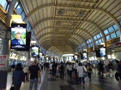 そのままトコトコ品川駅まで歩いてやってきました。 こんなとこ写真撮ってたら何処の田舎者かと思われるぞ、と夫(^-^; 港南口(東口)方面に出ます。