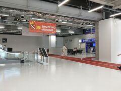 成田空港第二ビル駅で下車をして歩いて第三ターミナルに向かいます。  新しい到着口は以前は連絡バスが到着していたところを改装でしてます。 画面の左側は国際線、エスカレーターの奥に国内線の出口があります。