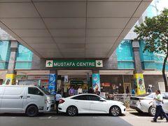 ムスタファセンター到着 こちらは24時間営業の大きなスーパーです。 ちょっと冷やかしに。。外を歩いて暑かったのでそれこそ体を冷やしに。。(^_^;)