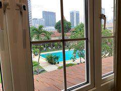 ・その1のつづきです。  シンガポール2日目の朝 窓からプールが見えます。好きな感じ♪