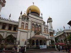 サルタン・モスクは、中に入れる時間が決まっているので注意が必要です。 特に金曜日は午後の1.5時間ほどしか開放されていません。この日は土曜日でしたが、午前中の開放時間の終わりごろに到着したので 観光を終えて出る頃にはライト等が消され始めましたよ。  開放時間等はHPに書いてありました。 http://sultanmosque.sg/contact-us/visitor-information