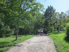 ストラホフ修道院の中庭から、テニスコートを横目に見て 木々に囲まれた緑の丘を全長1.2キロの飢えの壁に沿って歩きます。