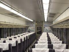 お盆休み中でもあり、新宿出発時点では2席に1人くらいの乗客でした。 藤沢、茅ヶ崎、平塚などの駅でほとんどの通勤客は降りてしまい、小田原到着時には1両2~3人ほどでした。