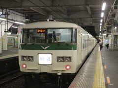 金曜日の夕方、仕事をおえて、新宿から「ホームライナー小田原21号」で出発します。この電車帰宅の通勤客のための電車ですが、特急電車車両に「青春18きっぷ」で乗れる旅行者にも便利な電車です。