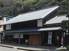 本陣の隣にある大旅籠柏屋。 江戸時代から残っていた建物を整備して、岡部宿の資料館として開放しています。