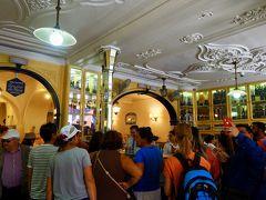 さてと、小腹が減ったのでベレン地区で有名なエッグタルトのお店「パステイス・デ・ベレン」へ! 超有名店とあって、店外も店内も大混雑!