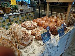 パンの種類は左から  怎枝摩魂跟包(大360元)。 ライチとバラのパン。 2010年に世界一に輝いたとか。   梅引茶香(300元)。 梅と紅茶のパン。2016に準優勝したとか。  酒釀桂圓跟包(大360元)。 竜眼とワインのパン。2008年に準優勝したとか。  大サイズのパンだと、1個が約1.300円です。でも顔くらいの大きさで重さが1~1.5Kgもあると聞くと、納得の価格かもです。
