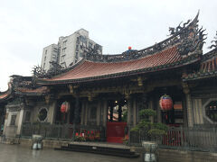 龍山寺に入った所の写真です。雨が降っていたんですよね。
