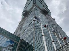 台北101です! あいにくの天気ですが、雨は止んでました  101を見上げる景色は圧巻ですw この場所は台北101の地下一階になりますので 鼎泰豊さんの横からビルに入って買い物です
