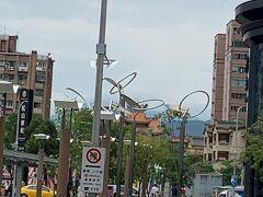 台北101からUber(119元)で「松山駅」へ MRTだと2回乗り換え約20分か 1回乗り換え約30分 やはりUberは便利です  写真中央のレンガ色の屋根は 「饒河街観光夜市」です 行く予定でしたが残念ながら今回は ご縁がありませんでした 今回食べれなかった「胡椒餅」、次回に 持ち越しの楽しみが出来ましたw