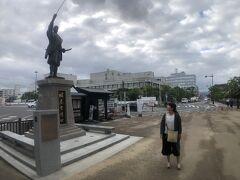 駐車場から出たすぐのところに  松江開府の祖 堀尾吉晴公像。  この人知らなかったですが、  ウィキペディアで調べただけで  ただの武人ではないことがわかりました。