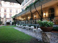 ホテル朝食会場の中庭部分は喫煙席です。 ホテル クイリナーレ(キリナーレ ホテル) Hotel Quirinale < ローマ