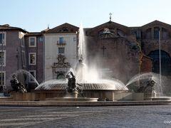 ホテルを出てテルミニ駅方向に歩くとすぐ、彫刻家マリオ・ルテッリにより1901年に完成したナイアディの泉です。役割の違う4人の裸体妖精に囲まれた中央にオッサンを配置した噴水です。 なお、ホテルからテルミニ駅までさっさと歩くと5分ほどですが、途中に小ネタが点在するので滞在中通してサッサと歩くことはありませんでした。  ナイアディの泉 Fontana delle Naiadi < 共和国広場 Piazza della Repubblica < ローマ