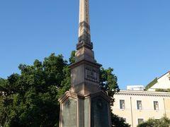 共和国広場からテルミニ駅へ南に向かって歩く途中、テルミニ駅北ロータリー西側に「ドガリの軍人の慰霊碑」とされたオベリスクがあります。エチオピア帝国とイタリアとの「エリトリア戦争(1885年~1888年)> ドガリの戦い」で全滅したイタリア軍人約550人を記念したもののようです。 この辺りが500人広場とも呼ばれる?こともその犠牲に因んだことのようです。  ドガリの軍人の慰霊碑 / ドガリのオベリスク / Obelisk of Dogali Monumento ai Caduti di Dogali / 500人広場(イタリア語: Piazza dei Cinquecento ピアッツァ・デイ・チンクエチェント)
