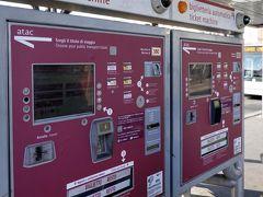 テルミニ駅舎の北端部から広がるバスターミナルには、沢山のATAC切符券売機(バス、地下鉄、トラム)が設置されていて便利でした。画面は日本語対応していませんが、英語になどには切り替わり、現金やクレジットカードによる支払いが可能。私達はここで1週間切符(7days ROMA tiket 24ユーロ)2枚を50ユーロ札で購入しました。フィウミチーノ空港とホテル往復には送迎サービスを使ったので詳しく検討していませんが、この切符は使えないと思っています。 なお、ローマではATAC(アタック Agenzia per i Trasporti Autoferrotranviario del Comune di Roma )と言う公共交通会社が市バス、トラム、地下鉄などを管理しているそうです。