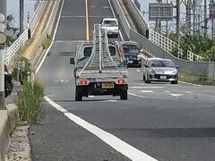 11:30  松江から境港に向かう途中にある有名な橋。  ベタ踏み坂といわれる江島大橋。  普通に上れます。  これなら大阪のなみはや大橋のほうが  角度ある気がするなぁ~