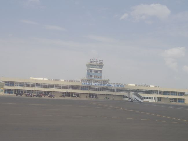 首都の空港とは思えないほどこじんまりとしている。