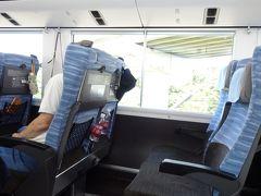 何十年振りかで『あずさ』に乗車すると「なんだか席がゆったりしてる?」「私も思ったー」「足元が広いかな?」