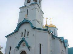 目的地到着、ロシア正教会 正面の入り口から入ります  女性はスカーフで髪を隠して、入り口で十字を描くのがお作法です