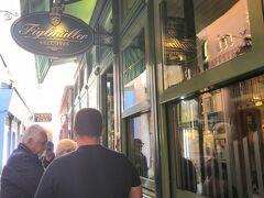 16:00 特大シュニッツェルで有名なフィグルミュラーへ。 こちらは本店ですが、予約なしは門前払い。 歩いて30秒の支店へ行きました。