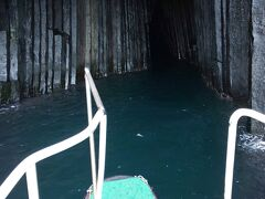 洞窟のような場所。中には入れず、近くで見ます。