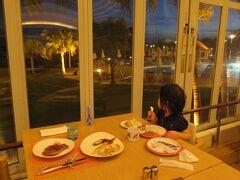 夕食はホテル内の「アクアベル」でビュッフェ。 またしてもステーキが美味しい!
