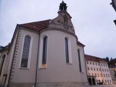 大聖堂の横を通り過ぎる。ホテル・ヴァディアンの別館は大聖堂の入り口近く、観光案内所の並びにある。