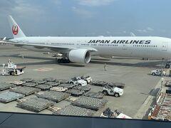朝5時に起きて成田空港9時00分着。JL407便11時25分発 プレミアムエコノミークラス。サクララウンジも使えます。