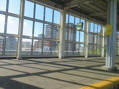 新下関駅15時30分着。 この駅で13分もの長い時間停車して、3本(2本だったかな?)の列車に追い越されました。 新幹線なのに、のんびり列車の旅です。