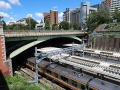 四谷見附(よつやみつけ)跨線橋    該橋は、大正2年(1913年)10月5日に初代跨線橋が架橋された。 全長37.186m 幅21.946m 即ち、該橋架橋理由は、赤坂御所(現 赤坂迎賓館)連絡路として設置された。 米カーネギー社製造鋼材使用。 東京市土木課第3部橋梁課長 樺島正義(かばしま まさよし)(明治11年(1878年)1月15日~昭和24年(1949年))が設計。  東京都千代田区六番町14 中央本線四ッ谷駅麹町口 徒歩30秒