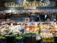 レイチェルの後ろにはPike Place Fish Marketというお魚屋さん。