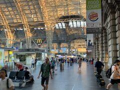 フランクフルト中央駅  インフォメーションが混雑しているかも と、朝食後に行ってみました。