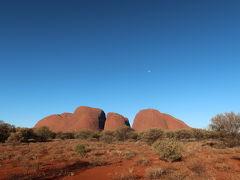 まずはカタジュタへ。  アボリジニというのは、ウルルの原住民のことだと思っていましたが、 正確には総称のようなものだそうです。色々な地域のアボリジニがいて、 アボリジニの中でもウルルの周辺、中央オーストラリアに住んでいるのが アナング族の方々だそうです。 アナング族の方々はウルルと呼び、 ここを発見した外国人がエアーズロックと呼び始めたそうです。 ここではアナング族の方々に敬意を払い、エアーズロックではなく、 ウルルと呼びましょう、というお話がガイドさんからありました。   それにしても… カタジュタさんもお美しいのですが、 移動中に見えたウルルさんに心を奪われてしまいました… 遥々ようこんな遠いところまで来たなぁ・・・ 子どものころから夢に見ていたウルル。   雲が一つない快晴の毎日でした。